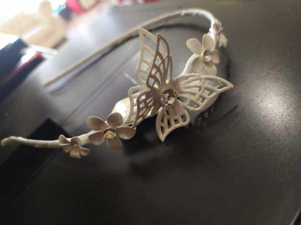cerchietto per capelli a fiori con farfalla e strass