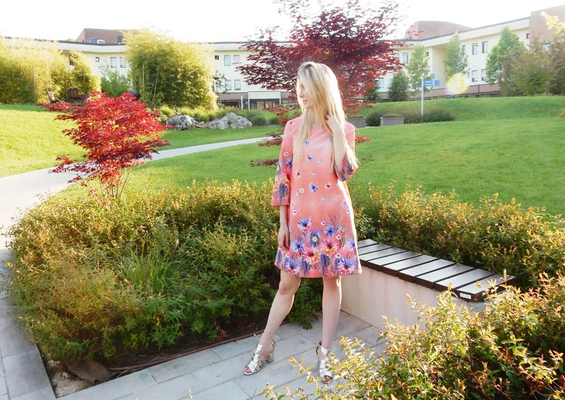 How to wear a spring dress in 5 different ways? In this post, I show you 5 options to create different outfits with a simple dress.