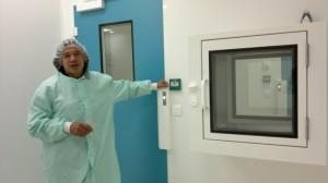 André Chardin à l'entrée du 4e sas, la salle de protection planétaire. Photo Jacques André