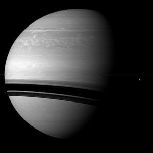 Deux lunes de Saturne, photogrphiées par la sonde Cassini, apparaissant particulierement petites  © NASA/JPL/Space-Science-Institute