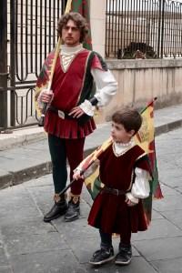 Leden van een optocht tijdens het festa dei fiori - Noto, Sicilié
