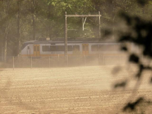 trein door het stof