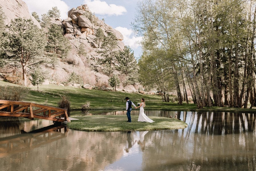 Black Canyon Inn wedding offers stunning views for bride and groom portraits