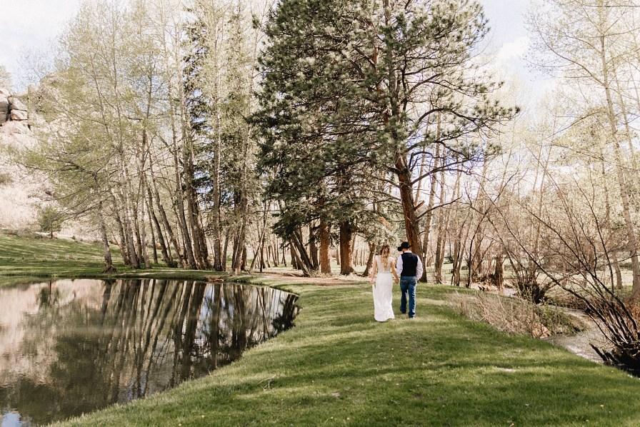 Couple walks along water at Black Canyon Inn