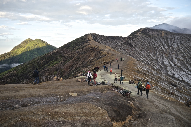 rim-of-the-kawah-ijen-volcano-indonesia