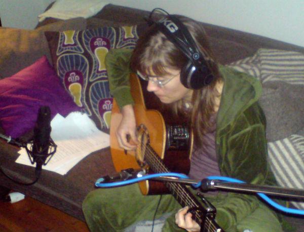 Kristina Bergvall spelar gitarr