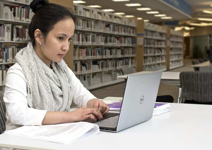 woman__laptop_in_library