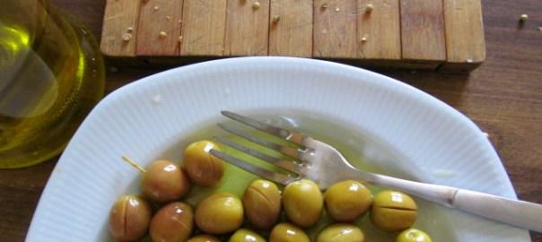 zeytinlere yağ ve kişniş serpeleniyor