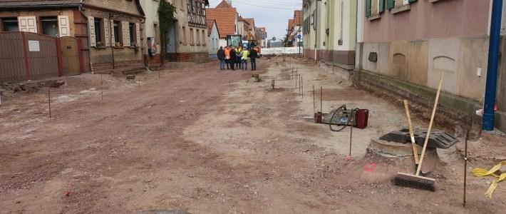 Arbeiten auf der Baustelle im Plan – Vollausbautiefe im Bushaltestellenbereich erreicht