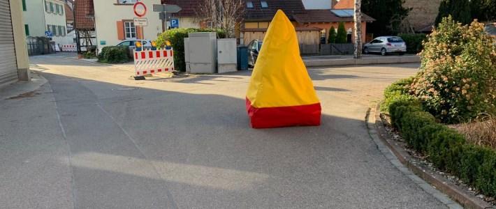 """""""Kreativ gegen Raser"""" – erster Erlenbacher Entschleunigungspoller im Einsatz"""