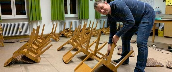 In Eigenleistung – 53 Stühle im Chorproberaum saniert!