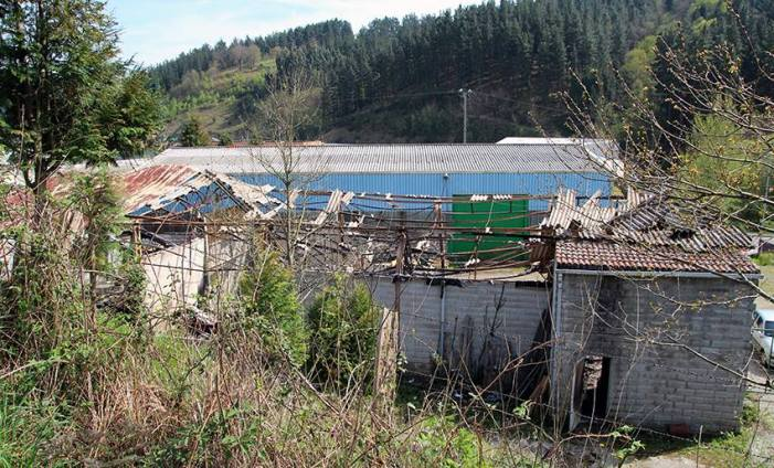 Un incendio calcina un pabellón situado en el polígono industrial de Goitondo