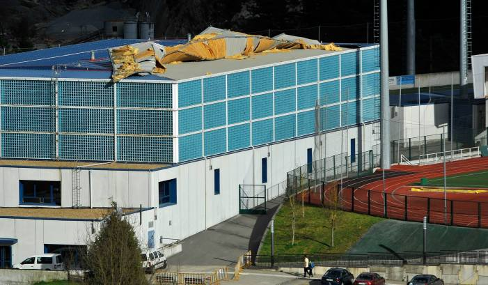 El fuerte viento provoca daños en el tejado del polideportivo de Betiondo