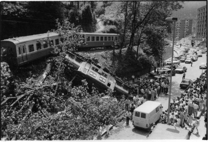 1986.Una máquina de tren descarrila en San Lorenzo
