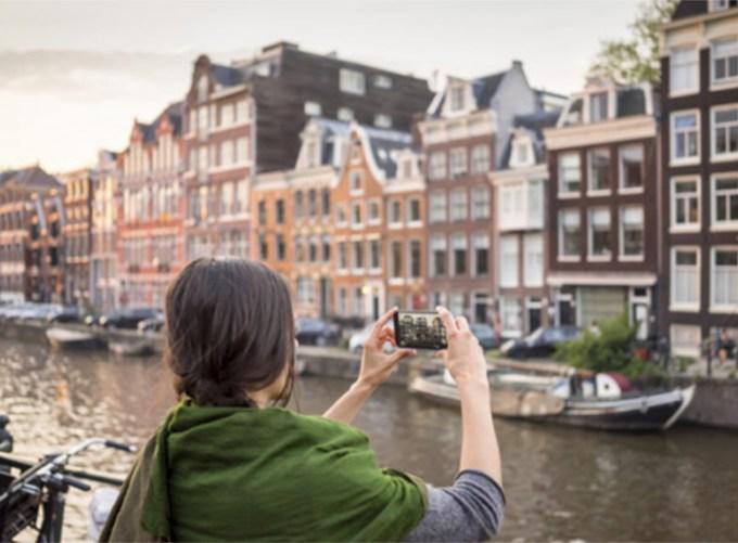 Amsterdam limita il turismo di massa: esempio per Napoli?