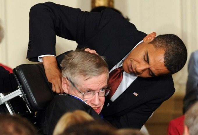 Morto Stephen Hawking la sua vita da Cambridge alla Teoria del tutto: nel 2009 con Barack Obama