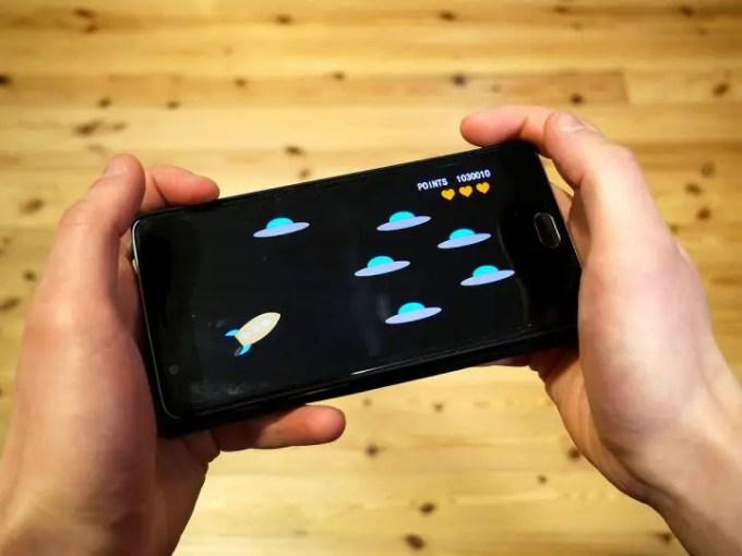 """Oggigiorno tutti utilizzano, uno smartphone, chi per lavoro, chi per divertimento, ma quand'è nato il cosiddetto """"telefono intelligente"""", e qual è la sua storia?"""