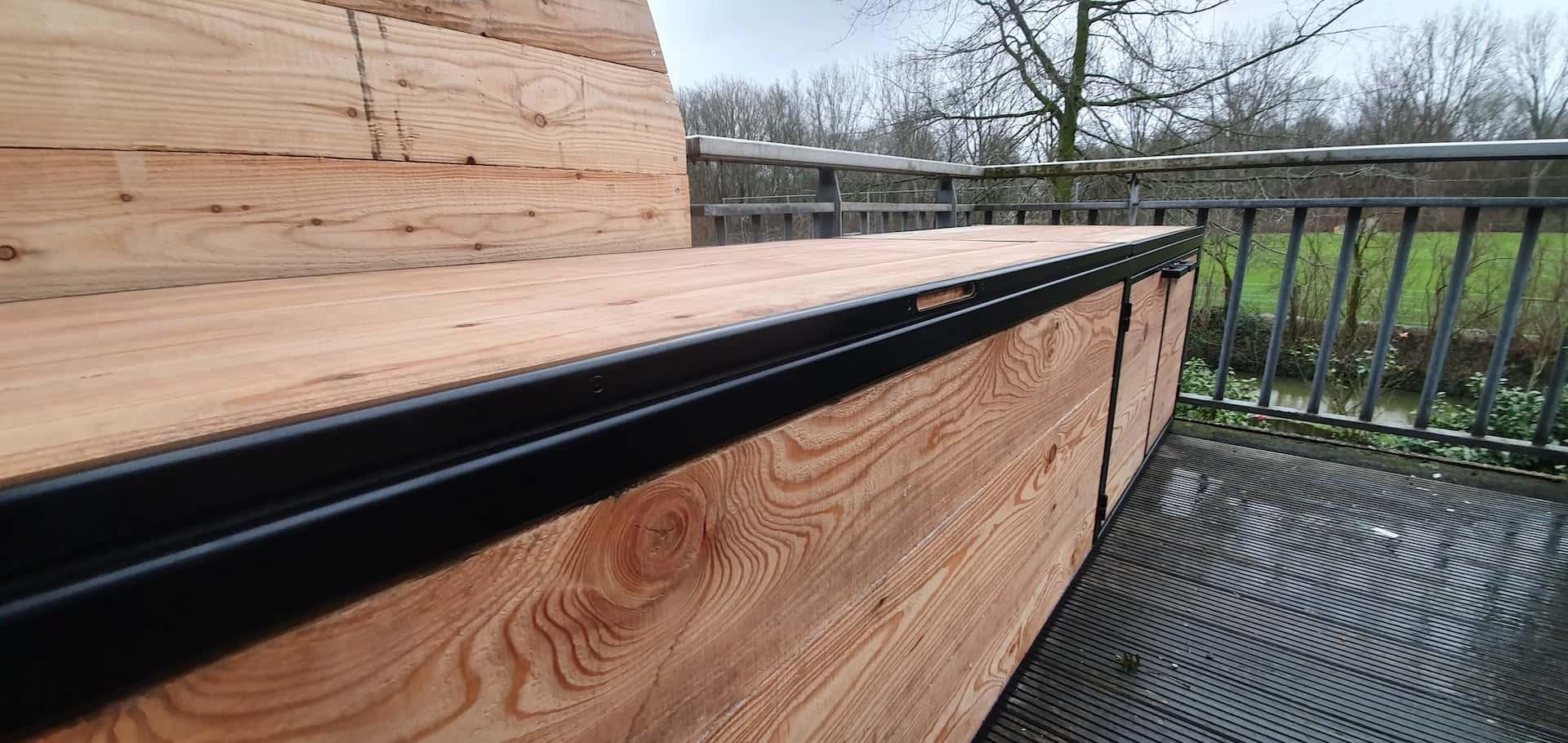 Balkonkast staal en hout met twee deurtjes