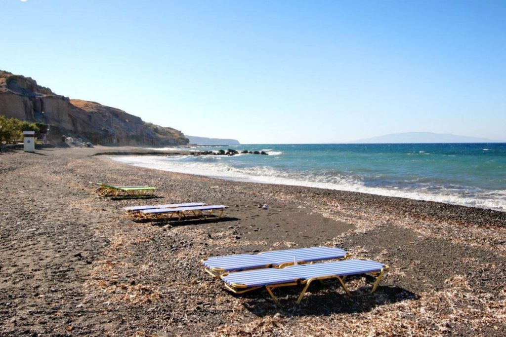 vourvoulos-Santorini-beaches-for-couples