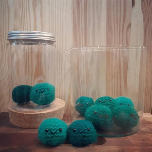 marimo-amigurumi-alghe-palla-alluncinetto-R-nel-bosco