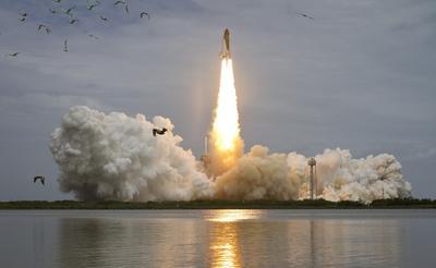 El transbordador espacial Atlantis en la plataforma de lanzamiento 39A