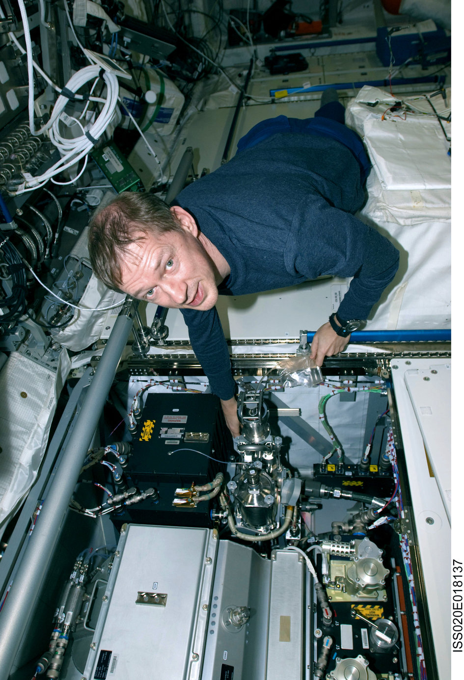 Frank De Winne works with the Fluid Servicing System in Columbus