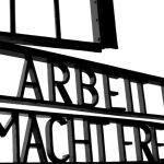 """Puerta de entrada al antiguo Campo de Concentración de Sachsenhausen con el lema de la SS """"el Trabajo os hará libre"""""""