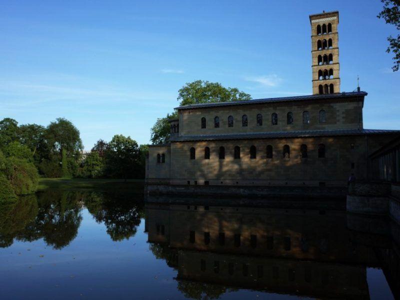 Vista de la Iglesia de la Paz en el Jardín Marlyn de Potsdam