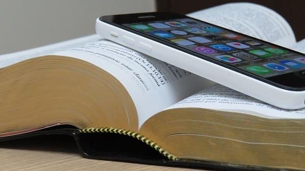 É errado ler a Bíblia em celular ou em outros aparelhos eletrônicos e não em papel?