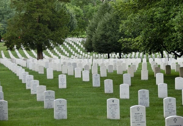 As pessoas que saíram dos túmulos após a morte de Jesus permaneceram vivendo na terra?