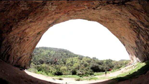 Video de escalada deportiva Tom Bolger en Ciudad de dios 9a/+ en Santa Linya