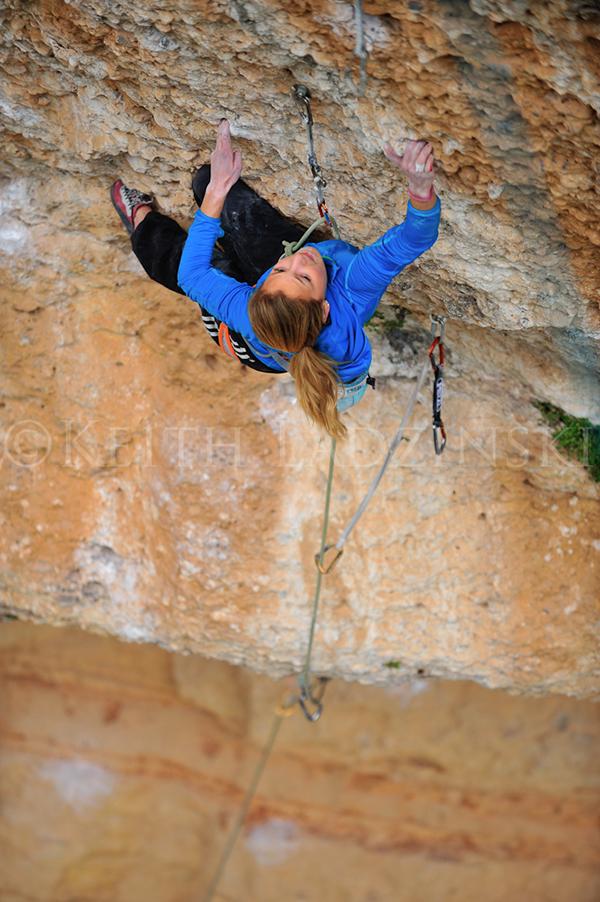Video de escalada deportiva Sasha DiGiulian en Era Vella 9a en Margalef - Foto Keith Ladzinski