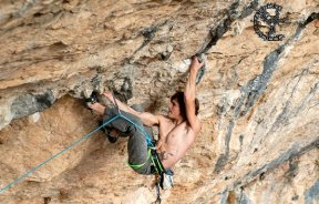 Edu Marin escalando en Santa Linya