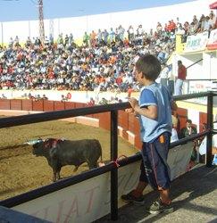Un menor asistiendo a una corrida taurina: La insensibilidad ante el maltrato animal es mejor aprenderla de joven.
