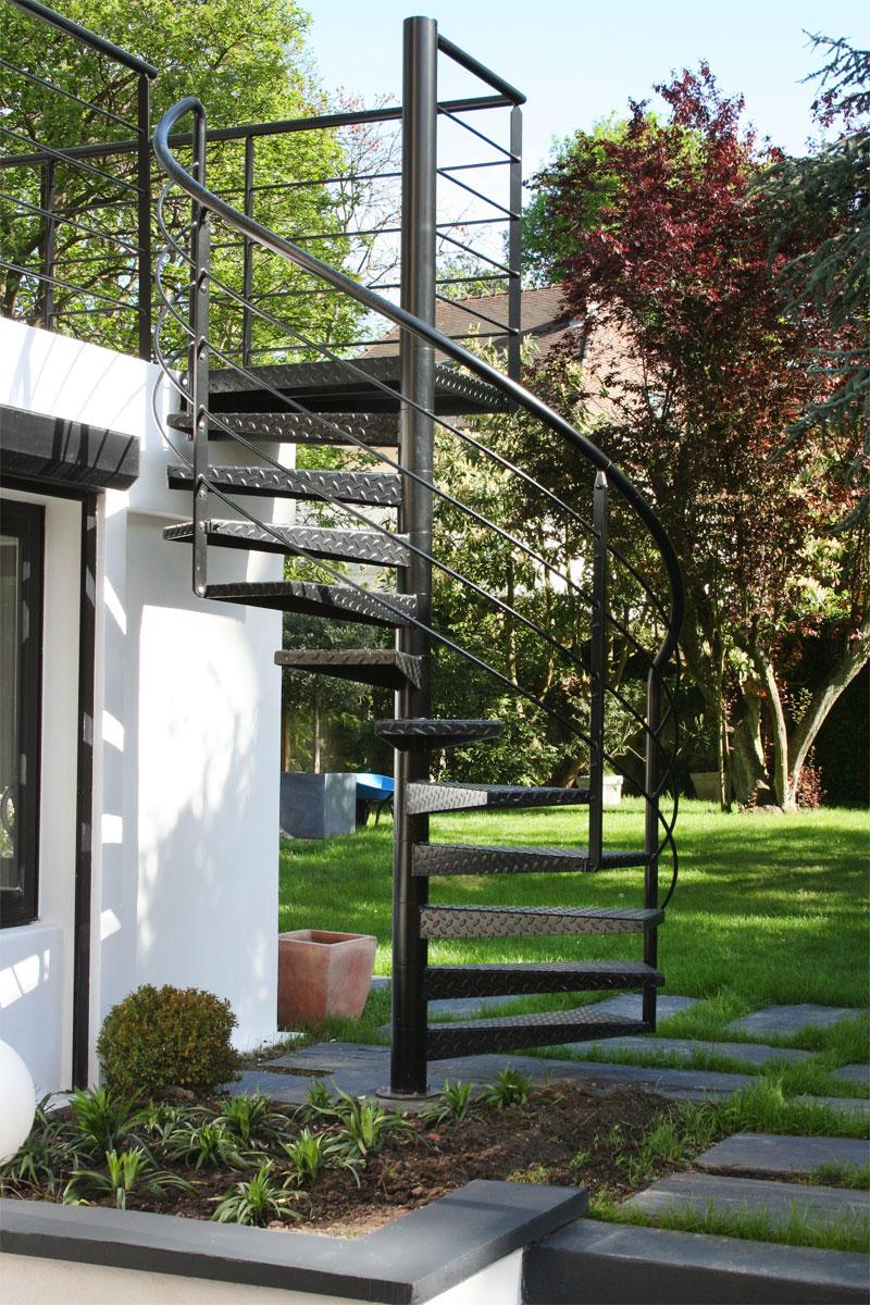 Escalier extérieur de la terrasse au jardin - EHI - Escalier ...