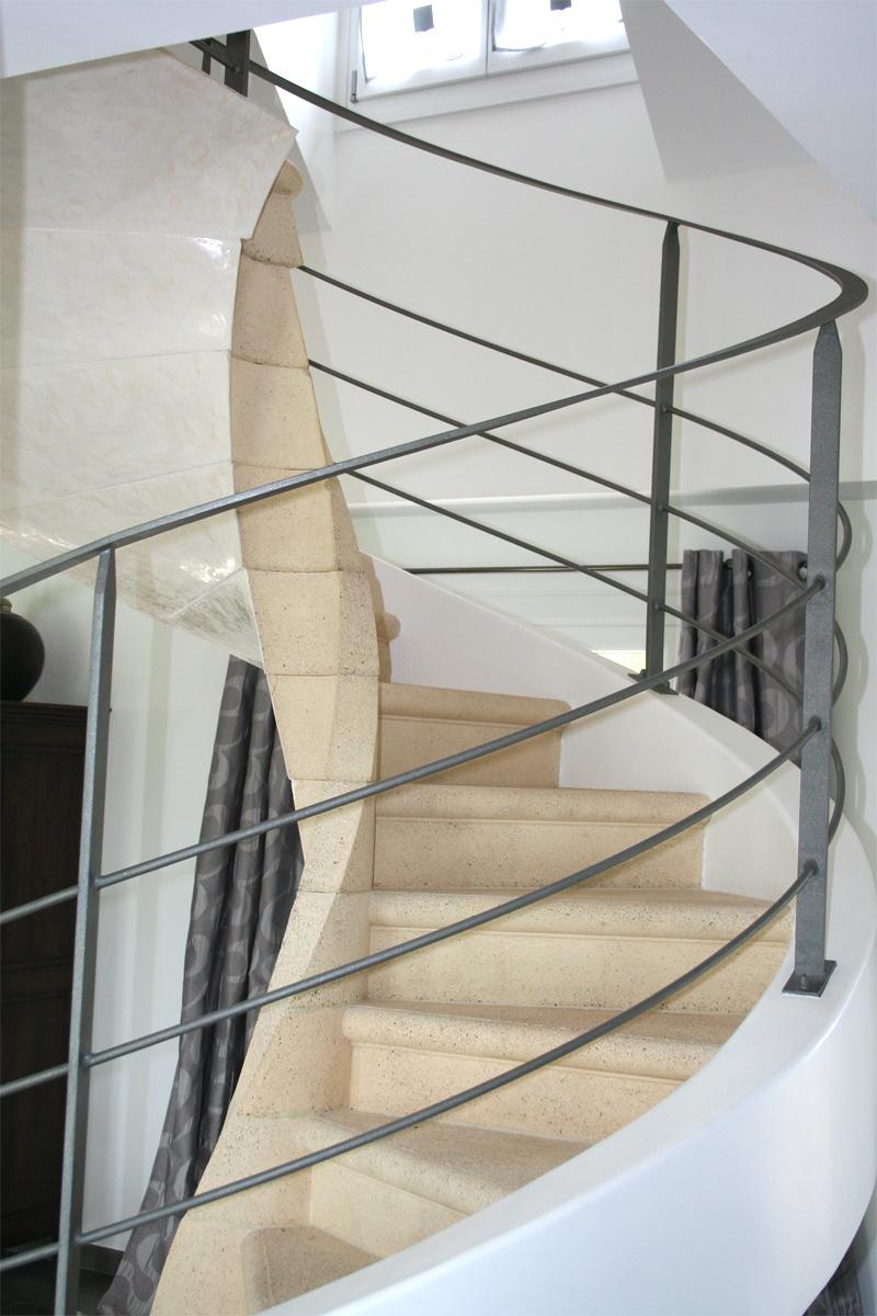 Complètement et trop extrême Garde-corps d'un escalier circulaire en béton - EHI - Escalier &NJ_21
