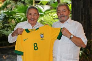 Raúl con el pulóver obsequiado por el expresidente brasileño.