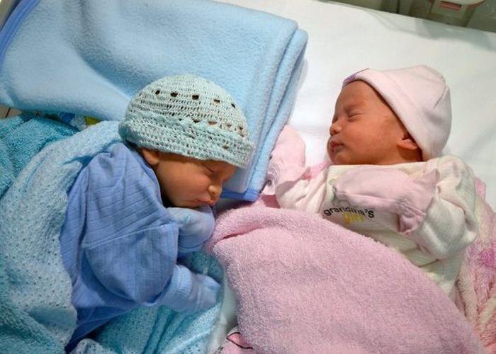 Ámbar y Gerardito en su segundo día de vida. Foto: ER