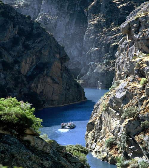 Un paseo en barco a través del Duero entre las Peñas