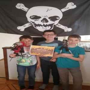 jugadores con bandera pirata