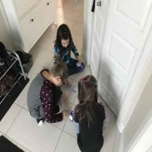 niñas jugando escape room