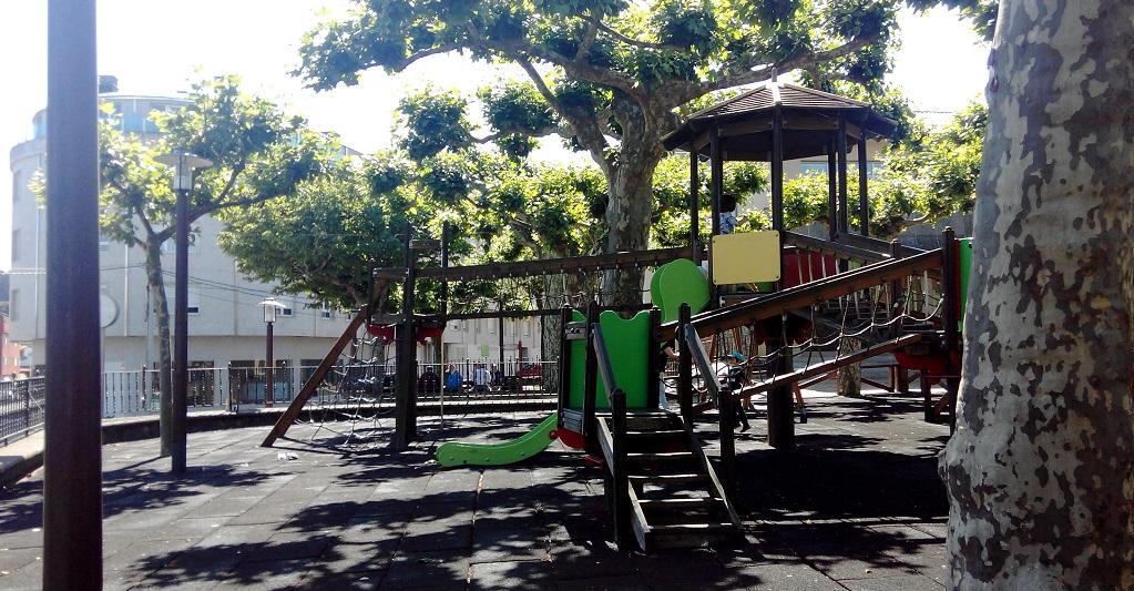 Carral y su parque infantil, con niños