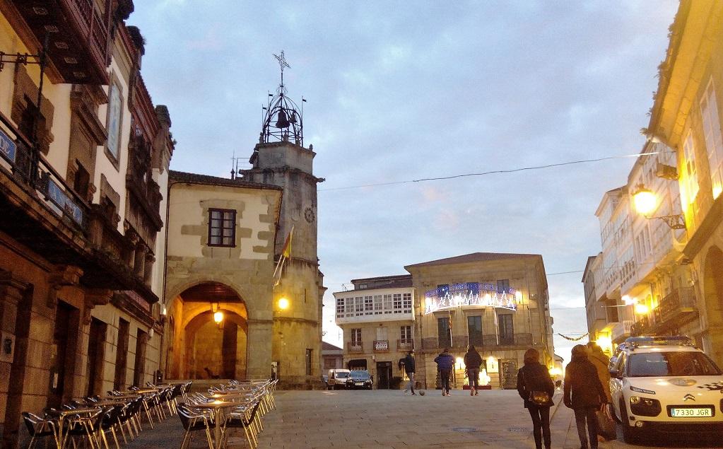 La ciudad medieval de los caballeros, Betanzos, con niños.