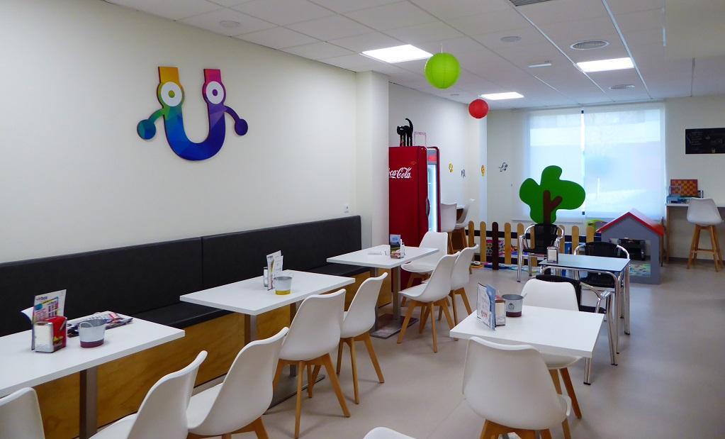 Parque infantil con café para ir con niños