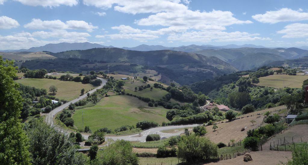 Tineo (Asturias) y su juego de bolos, con niños