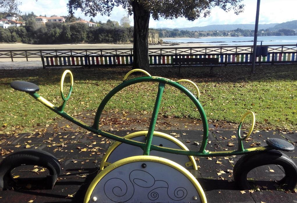 Parque infantil en Paseo Marítimo de Ares con niños