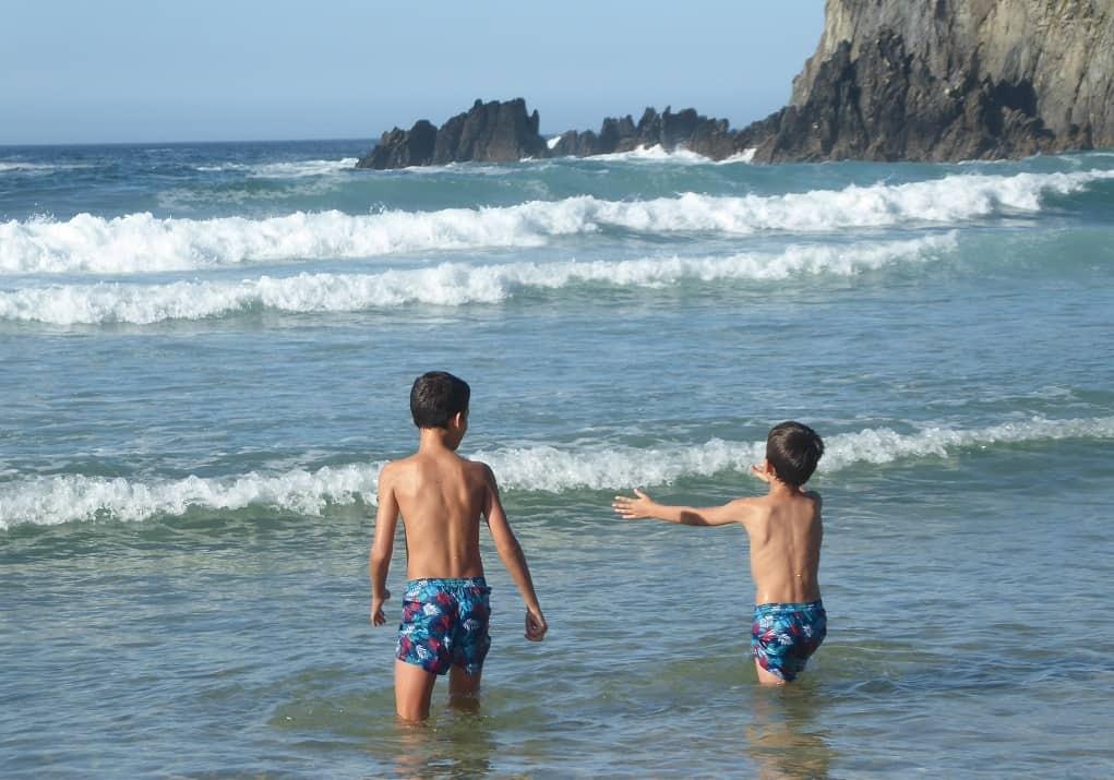 Playa y laguna de Valdoviño con niños