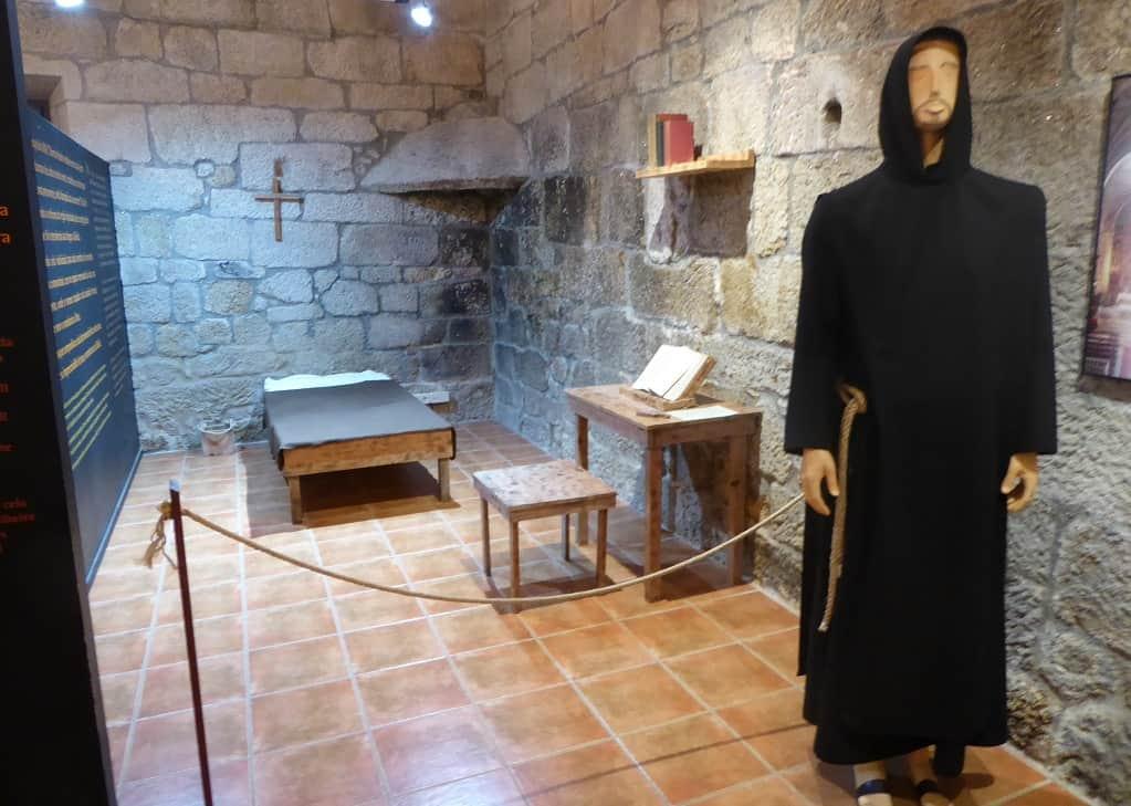 San Pedro de Rocas con niños celdas de los monjes