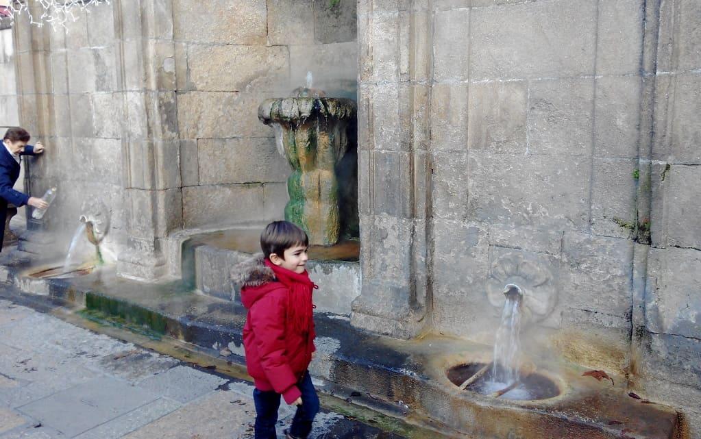 Niño frente a la fuente termal de As Burgas