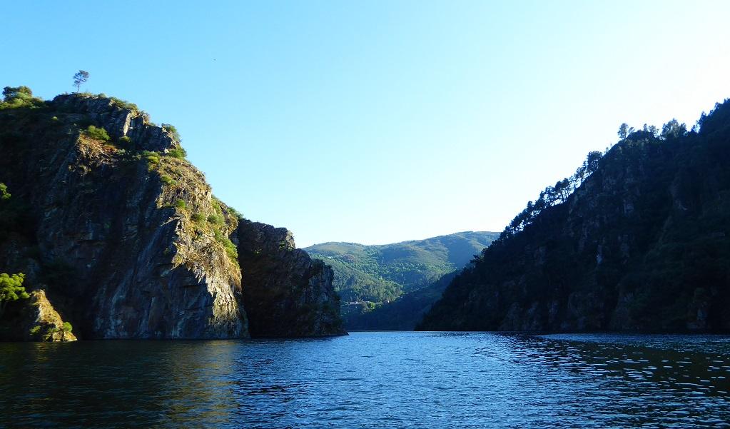 En barco de alquiler por la Ribeira Sacra Miño cañones y miradores